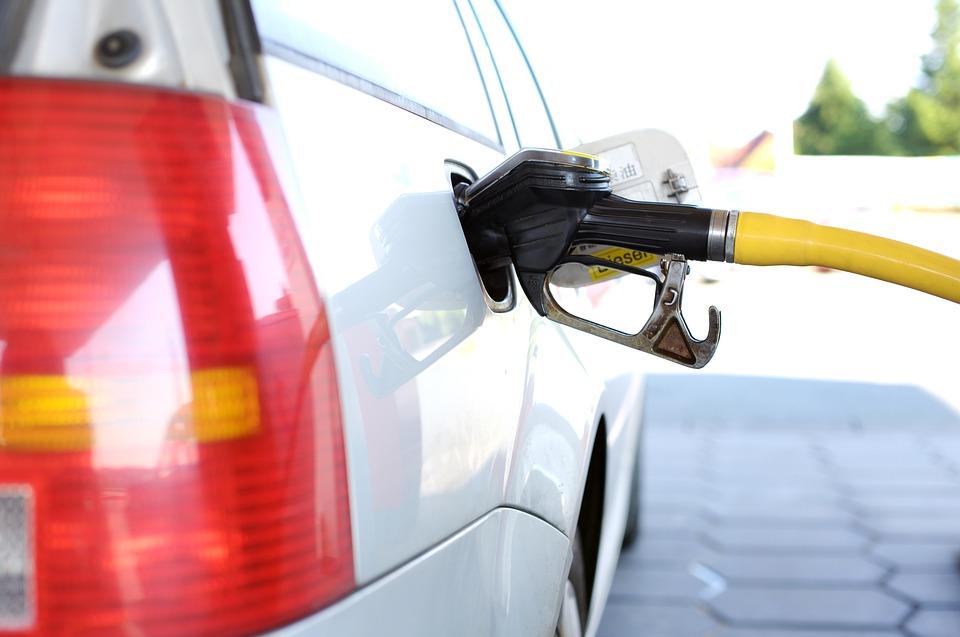 """Le gouvernement abolira l'essence """" super """" 97 octane d'ici la fin de l'année"""